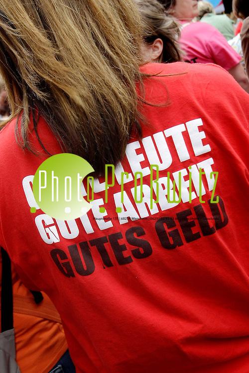 Ludwigshafen. Innenstadt. Vor dem Rathaus am Lichttor. Ver.di Demonstration zum Streik der Erzieher. Erzieher und Sozialarbeiter haben am Mittwoch in Rheinland-Pfalz ihre Streiks an den kommunalen Kitas fortgesetzt.<br /> <br /> <br /> Bild: Markus Proflwitz / masterpress /  <br /> <br /> ++++ Archivbilder und weitere Motive finden Sie auch in unserem OnlineArchiv. www.masterpress.org oder &cedil;ber das Metropolregion Rhein-Neckar Bildportal   ++++