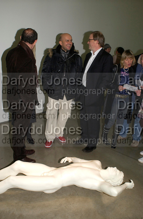 Mark Quinn and Harry Enfield. Chemical Life Support opening, White Cube. 3 March 2005. ONE TIME USE ONLY - DO NOT ARCHIVE  © Copyright Photograph by Dafydd Jones 66 Stockwell Park Rd. London SW9 0DA Tel 020 7733 0108 www.dafjones.com