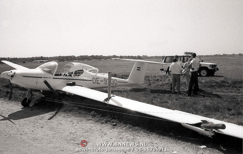 NLD/Hilversum/19890525 - Crash vliegtuig vliegveld Hilversum door hek gegleden