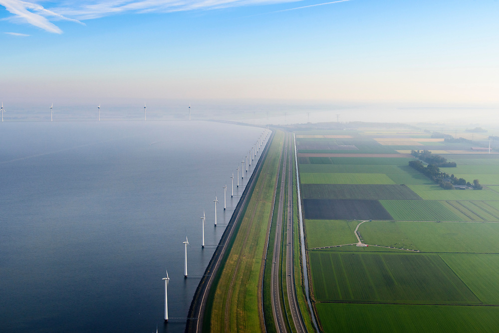 Nederland, Flevoland, Lelystad, 04-11-2018; energielandschap: windmolens in de ochtendnevel, Oostelijk Flevoland, ter hoogte van Maxima centrale, IJsselmeerdijk.<br /> Energy landscape, wind turbins in the morning haze.<br /> <br /> luchtfoto (toeslag op standaard tarieven);<br /> aerial photo (additional fee required);<br /> copyright© foto/photo Siebe Swart