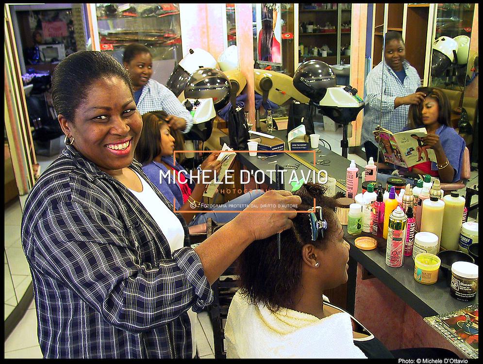 Stranieri in Piemonte parrucchiera africana