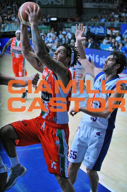DESCRIZIONE : Cantu Lega A 2011-12 Bennet Cantu Scavolini Siviglia Pesaro Play off gara 2<br /> GIOCATORE : Daniel Hackett<br /> CATEGORIA : Penetrazione<br /> SQUADRA : Scavolini Siviglia Pesaro<br /> EVENTO : Campionato Lega A 2011-2012 Play off gara 2 <br /> GARA : Bennet Cantu Scavolini Siviglia Pesaro<br /> DATA : 20/05/2012<br /> SPORT : Pallacanestro <br /> AUTORE : Agenzia Ciamillo-Castoria/S.Ceretti<br /> Galleria : Lega Basket A 2011-2012  <br /> Fotonotizia : Cantu Lega A 2011-12 Bennet Cantu Scavolini Siviglia Pesaro Play off gara 2<br /> Predefinita :