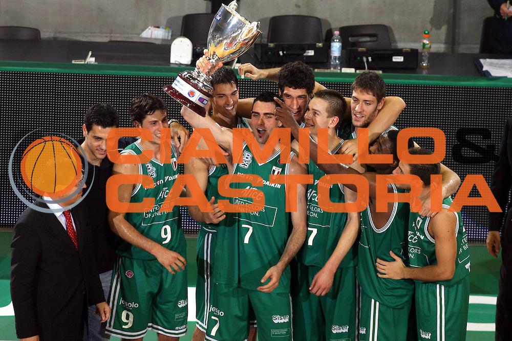 DESCRIZIONE : Treviso Campionato Lega A1 2006-2007 Supercoppa Benetton Treviso Eldo Napoli<br />GIOCATORE : Team Treviso Coppa <br />SQUADRA : Benetton Treviso<br />EVENTO : Campionato Lega A1 2006-2007 Supercoppa Benetton Treviso Eldo Napoli <br />GARA : Benetton Treviso Eldo Napoli <br />DATA : 01/10/2006 <br />CATEGORIA : <br />SPORT : Pallacanestro <br />AUTORE : Agenzia Ciamillo-Castoria/G.Ciamillo<br />Galleria : Lega Basket A1 2006-2007<br />Fotonotizia : Treviso Campionato Lega A1 2006 2007 Supercoppa Benetton Treviso Eldo Napoli<br />Predefinita :