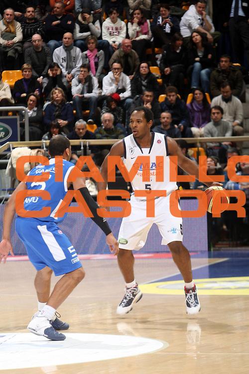 DESCRIZIONE : Bologna Lega A1 2008-09 Gmac Fortitudo Bologna NGC Cantu <br /> GIOCATORE : Jamont Gordon<br /> SQUADRA : Gmac Fortitudo Bologna<br /> EVENTO : Campionato Lega A1 2008-2009 <br /> GARA : Gmac Fortitudo Bologna NGC Cantu <br /> DATA : 03/01/2009 <br /> CATEGORIA : Palleggio<br /> SPORT : Pallacanestro <br /> AUTORE : Agenzia Ciamillo-Castoria/G.Livaldi