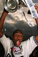 Sol Campbell (Spurs captain) celebrates with the Worthington cup. Tottenham Hotspur v Leicester City, 21/3/1999. Worthington Cup 1999. Credit: Colorsport / Stuart MacFarlane