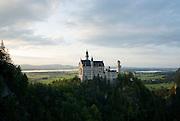 Bayern, Allgäu, Schwangau, Schloss Neuschwanstein, Blick auf Schloss und weite Landschaft..|..Bavaria, Allgau, Neuschwanstein Castle
