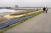 Nederland, Westervoort, 29-1-2012De Hondsbroeksche Pleij. Westervoortse pleij, bij de splitsing van de Neder Rijn en de IJssel. Deze is vanaf morgen officieel in gebruik. Een hoogwatergeul en regelwerk met daarin regelbare opningen waardoor water via de Nederrijn of juist extra via de IJssel geleid kan worden. Een soort kraan dus.Er is ook een nieuwe dijk gelegd om een juiste afvoer van water te regelen tusen de IJssel en de Neder-Rijn, met name bij extreem hoogwater. In de Hondsbroeksche Pleij is een dam met schuiven gebouwd, zodat het water linksom of rechtsom gestuurd kan worden als het water te hoog wordt. Ruimte voor de rivier.Foto: Flip Franssen/Hollandse Hoogte