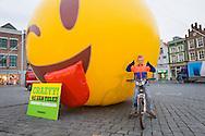 Nederland, Den Bosch, 20151112.<br /> Jongen op zijn fiets met duimen omhoog voor de gigantische emoji.<br /> Tele2 goes wild. Naast het Jeroen Bosch standbeeld is een gigantische emoji geplaatst.<br /> Tele2 heeft nu 4G in de grote steden<br /> <br /> Netherlands, Den Bosch, 20151112.