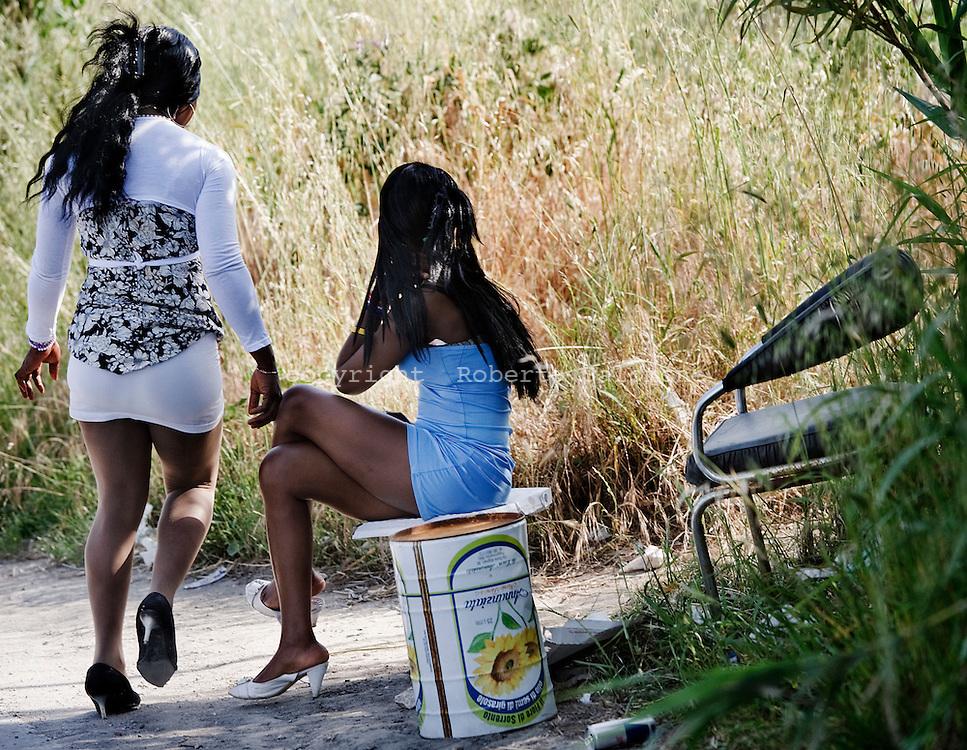 Napoli, Italia - 10 maggio 2010. Prostitute lungo le strade dei comuni che costeggiano il litorale domitio. La maggior parte delle prostitute sono di nazionalita? africana o dei paesi dell'est europeo..Ph. Roberto Salomone Ag. Controluce.ITALY - Prostitutes along the streets of suburbs of Naples are seen on May 10, 2010.