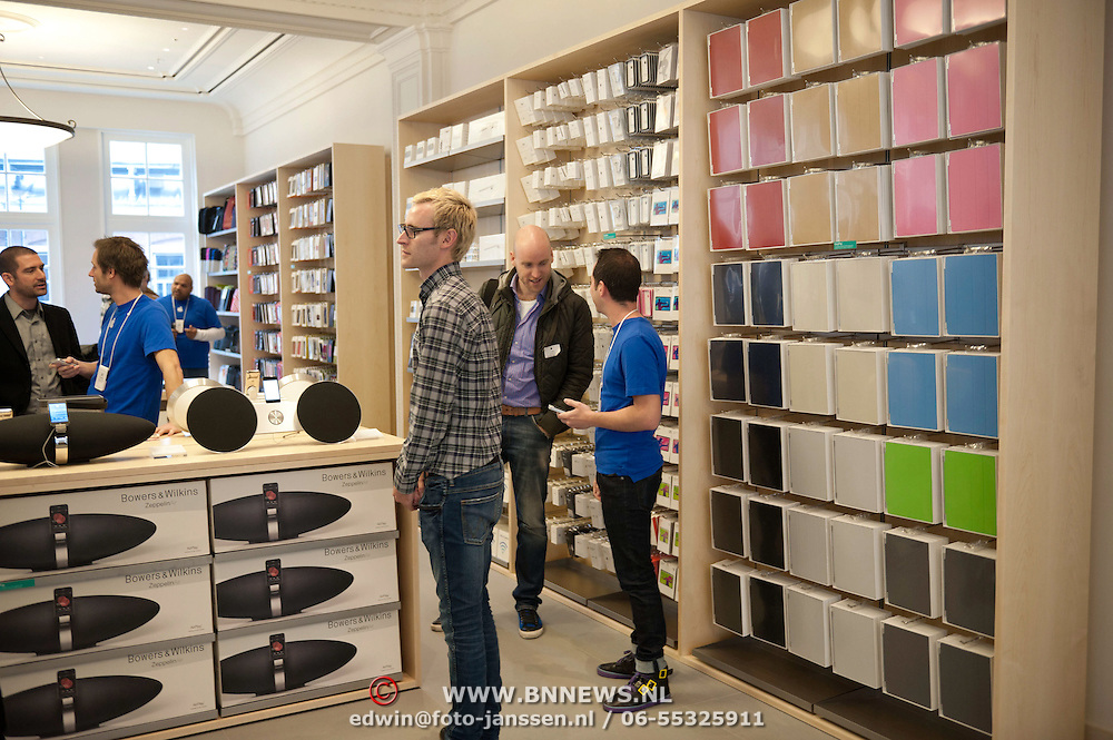 Vandaag mocht de pers een voorproefje nemen van het interieur van de Apple Store in Amsterdam. De eerste officiele Apple Store van Nederland aan het Leidseplein te Amsterdam, opent zaterdag haar deuren voor het publiek. Foto JOVIP/JOHN VAN IPEREN