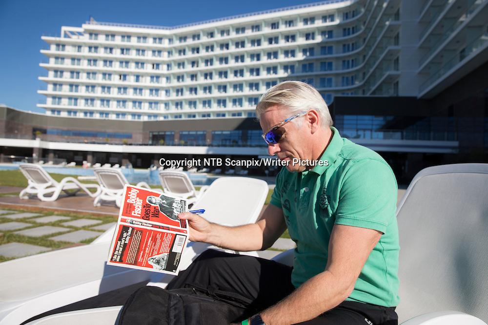 SOTSJI, RUSSLAND 20141106.<br /> Forfatter Aage Sivertsen, som skriver bok om Magnus Carlsen, sitter og leser bok om sjakk utenfor hotellet (Radisson Blu).  <br /> B&Acirc;de Magnus Carlsen  og Viswanathan Anand bor p&Acirc; dette hotellet under sjakk-VM I Sotsji.<br /> <br /> Foto: Berit Roald / NTB scanpix<br /> <br /> NTB Scanpix/Writer Pictures<br /> <br /> WORLD RIGHTS, DIRECT SALES ONLY, NO AGENCY