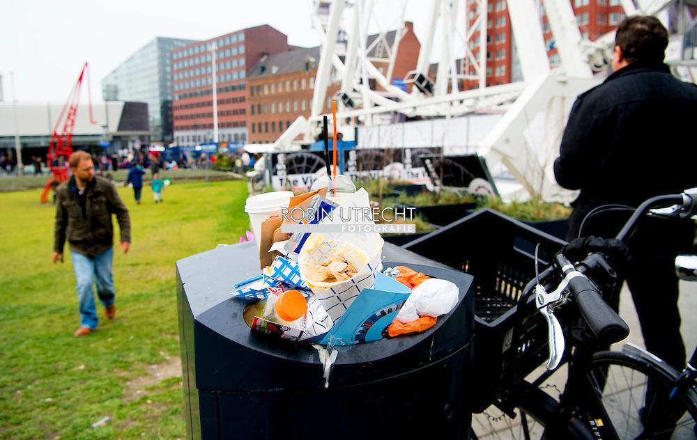 eigen - rotterdam volle prullenbak in het centrum afval restafval , plastic , blikjes , copyright robin utrecht