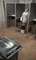 Nederland. Den Haag, 3 maart 2010.<br /> In kunstencentrum het Koorenhuis gaat om middernacht de stembus open. Na een klein uur wachten kan PVV kandidate danielle de Winter haar stem uitbrengen.<br /> Verkiezingsnach. Rond de Grote Markt zijn er optredens en debatten met alle vertegenwoordigers van de politieke partijen, daags voor de gemeenteraadsverkiezingen. Lokale politiek.<br /> Foto Martijn Beekman