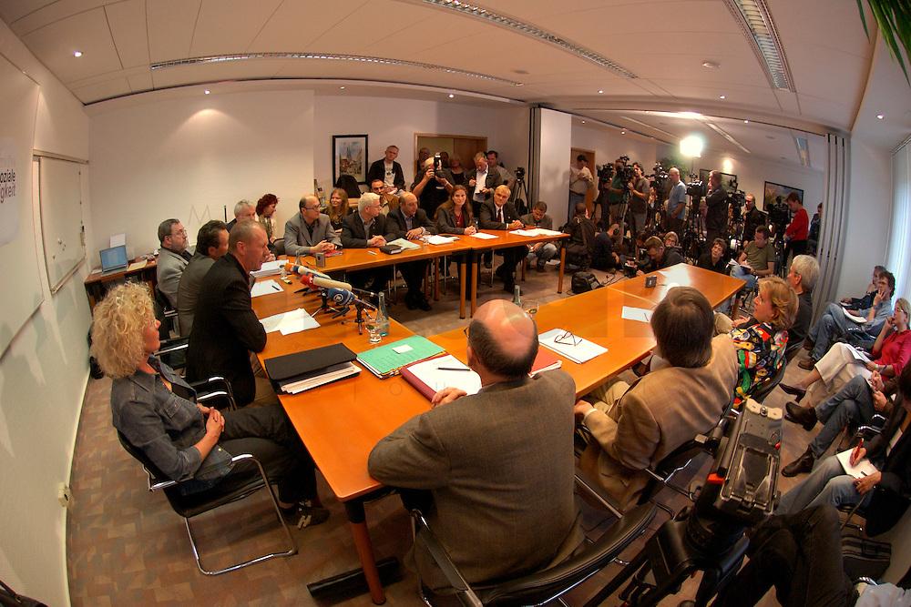 """04 JUL 2004, BERLIN/GERMANY:<br /> Sabine Loesing (Sprecherin) Mitglied des Attac-Rates, Thomas Haendel (Sprecher) 1. Bevollmaechtigter IG Metall Fuerth, Klaus Ernst (Sprecher), 1. Bevollmaechtigter IG Metall Schweinfurt, Axel Troost (Sprecher-verdeckt), Geschaeftsfuehrer Memorandum Gruppe - AG Altnernative Wirtschaftspolitik, Joachim Bischoff, Autor VSA-Verlag und Mitglied PDS Hamburg, Murat Cakir, ehem. Vorsitzender des Landes- und Bundesauslaenderbeirates, Helge Meves, ehem. Sprecher des Internet-Wahlkreises der PDS, Huesyin Aydin, 2. Bevollmaechtigter IG Metall Duesseldorf, Petra Hensberg, Rechtsanwaeltin fuer Arbeitsrecht, Fritz Schmalzbauer, Bildungsbeauftragter Ver.di Muenchen, Bjoern Radke, Kreisgeschaeftsfuehrer B90/Die Gruenen KV Stormarn, Heidi Scharf, 1. Bevollmaechtigte IG Metall Schwäbisch Hall, Werner Dreibus, 1. Bevollmächtigter IG Metall Offenbach, Peter Vetter, ehem. 1. Bevollmaechtigter IG Metall Kempten,  (im Uhrzeigersinn ab vorne links), Bundesvorstand des Vereins """"Wahlalternative Arbeit & soziale Gerechtigkeit"""", Pressekonferenz nach Gruendung und Wahl des Vorstandes, Dietrich-Bonhoefer-Haus<br /> IMAGE: 20040704-01-019<br /> KEYWORDS: Gründung, Hüseyin Aydin, Thomas Händel, Sabine Lösing, Björn Radke"""