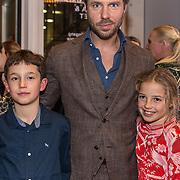 NLD/Amsterdam/20191031 - Laatste balletvoorstelling Igone de Jongh, Thijs Romer met zijn dochter Sammie en zoontje van Igone