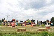 Nederland, Oeffelt, 27-6-2014Boeren uit de omgeving van dit dorpje in Noord Brabant hebben voor het dorpsfeest met hooirollen de figuren uit de Fabeltjeskrant gemaakt. Het is een traditie tgv het jaarlijkse Zomerspektakel van Oeffelt, deOeffeltse dag. Georganiseerd door carnavalvereniging de Leemknejers.Foto: Flip Franssen/Hollandse Hoogte