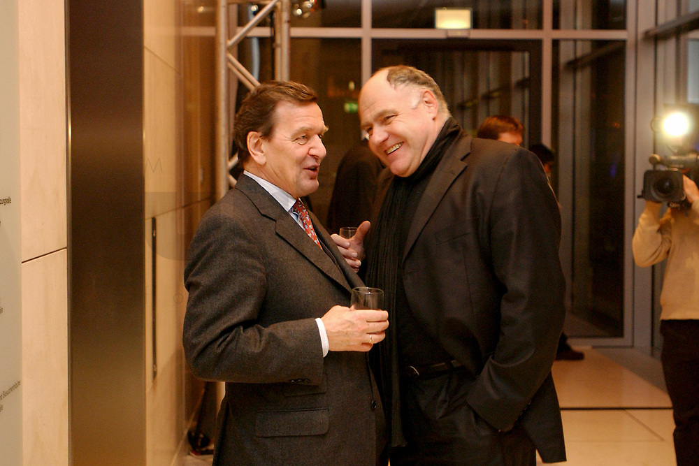 13 JAN 2003, BERLIN/GERMANY:<br /> Gerhard Schroeder (L), SPD Bundeskanzler, und Rezzo Schlauch (R), B90/Gruene, Parl. Staatssekretaer im Bundeswirtschaftsministerium, im Gespraech, Neujahrsempfang der SPD Bundestagsfraktion, Fraktionsebene, Deutscher Bundestag<br /> IMAGE: 20030113-02-065<br /> KEYWORDS: Gespräch, Gerhard Schröder