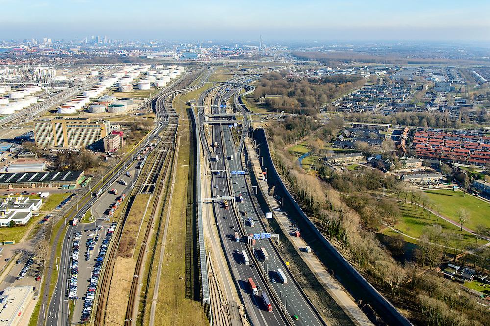 Nederland, Zuid-Holland, Rotterdam, 18-02-2015. A15 ter hoogte van Hoogvliet (rechts) en Pernis. De constructie direct naast de snelweg is het nieuwe leidingenviaduct, aangelegd omdat er geen ruimte voor uitbreiding van de leidingstrook in de ondergrond is. Naast het leidingenviaduct de Betuweroute en de ingnag Botlek spoortunnel. Geheel links de Shell raffinaderij.<br /> Motorway A5, hinterland connection. Next to the motorway the pipeline overpass, recently build because of lack of space in the ground.<br /> luchtfoto (toeslag op standard tarieven);<br /> aerial photo (additional fee required);<br /> copyright foto/photo Siebe Swart