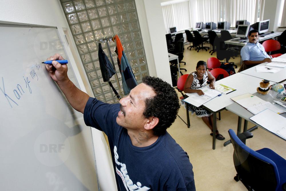 Nederland Rotterdam 21 augustus 2006 Foto: David Rozing .Analfabeten krijgen taalles via Roteb. Man leert schrijven..Foto David Rozing