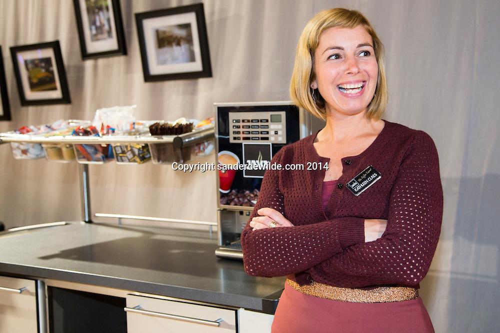23 september 2014 Java Vakbeurs in Brussels Expo. Kathleen Claes naast de nieuwe broodserveerwagen met koffiemachine opgebouwd.