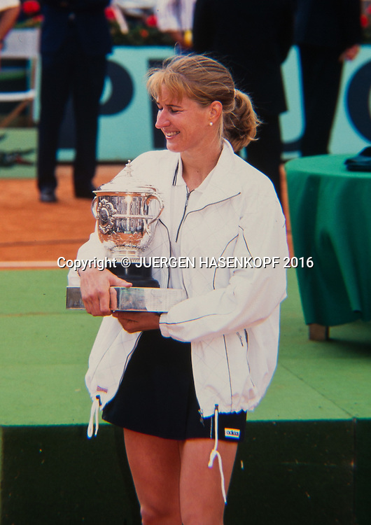 Siegerin Steffi Graf (GER) mit dem Pokal,Siegerehrung, Roland Garros, Damen Finale, French Open 1996<br /> <br /> Tennis - French Open 1996 - Grand Slam ATP / WTA -  Roland Garros - Paris -  - France  - 6 December 2016.