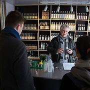 Christian Jensen. Bermondsey Distillery, the makers of Jensen's Gin. Bermondsey Gin is established and owned by Christian Errboe Jensen. <br /> <br /> Christian Jensen behind the bar on a Sunday morning. <br /> <br /> Bermondsey Distillery, kendt for deres Jensen's Gin, startet og ejet af danskeren  Christian Jensen.  Hver lørdag/søndag har destilleriet åben for salg ud af huset Christian Jensen står tit selv i butikken. Willy Dietzel og Julia Sandrini ender med at købe en flaske med hjem.