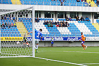 Treningskamp fotball 2014: Molde - Aalesund.  Aalesunds Leke James (t.h.) med en kjempesjanse i treningskampen mellom Molde og Aalesund på Aker stadion. Moldes Even Hovland redder på streken.