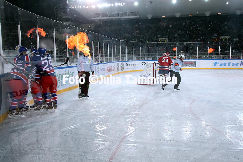 """5.2.2011, Olympiastadion, Helsinki..J??kiekon SM-liiga 2010-11. """"Talviklassikko"""" Jokerit - HIFK..Jokerit juhlii maalia liekkien loimutessa..©Juha Tamminen."""