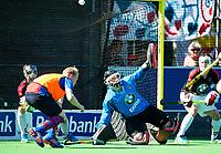 BILTHOVEN -    keeper Arek Matuszak (Schaerw.) met links Leon van Barneveld (SCHC) die even voor tijd als vliegende keep scoort,   tijdens de eerste play-off wedstrijd Overgangsklasse SCHC-SCHAERWEIJDE (2-2). SCHC wint  shoot outs.  COPYRIGHT KOEN SUYK