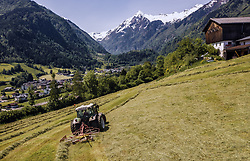 THEMENBILD - ein Landwirt mit seinem Traktor und Heuwender auf einer Bergwiese dahinter der Kitzsteinhorn Gletscher, aufgenommen am 04. Juni 2019 in Kaprun, Oesterreich // a farmer with his tractor with Hay tedder on a Mountain meadow infront of the Kitzsteinhorn Glacier in Kaprun, Austria on 2019/06/04. EXPA Pictures © 2019, PhotoCredit: EXPA/ JFK