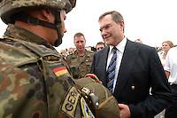 26 SEP 2006, LIBREVILLE/GABON:<br /> Franz Josef Jung (R), CDU, Bundesverteidigungsminister, im Gespraech mit Fallschirmjaegern der Bundeswehr, vor einer Uebung, auf dem miltaerisdchen Teil des Flughafens Libreville, im Rahmen eines Besuches des Hauptquartiers DRAGAGES GABON des EUFOR RD CONGO<br /> IMAGE: 20060925-01-057<br /> KEYWORDS: Bundeswehr, Soldat, Soldaten, Afrika, Africa, Fallschirmjäger, Gespräch