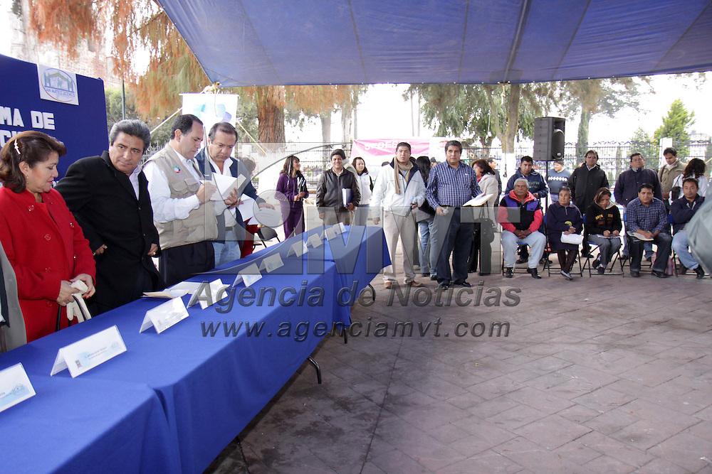 SAN MATEO ATENCO, Mex.- Gustavo Arturo Vicencio Acevedo, delegado estatal de la Secretaria de Desarrollo Social (SEDESOL) y Sergio Fuentes V&aacute;zquez presidente municipal de San Mateo Atenco,  hicieron entrega de apoyos del Programa de Ahorro y Subsidio &ldquo;Tu Casa&rdquo; que forma parte del ejercicio fiscal 2009. Agencia MVT / Crisanta Espinosa. (DIGITAL)<br /> <br /> NO ARCHIVAR - NO ARCHIVE