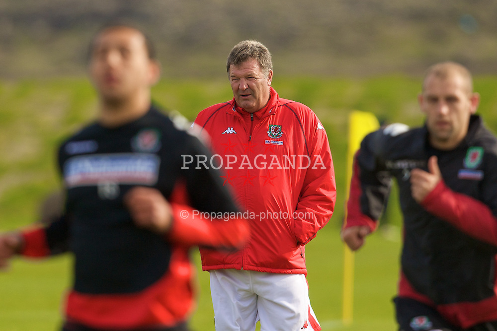 KEFLAVIK, ICELAND - Tuesday, May 27, 2008: Wales' manager John Toshack training at the Njardvik training ground in Keflavik ahead of the international friendly match against Iceland. (Photo by David Rawcliffe/Propaganda)