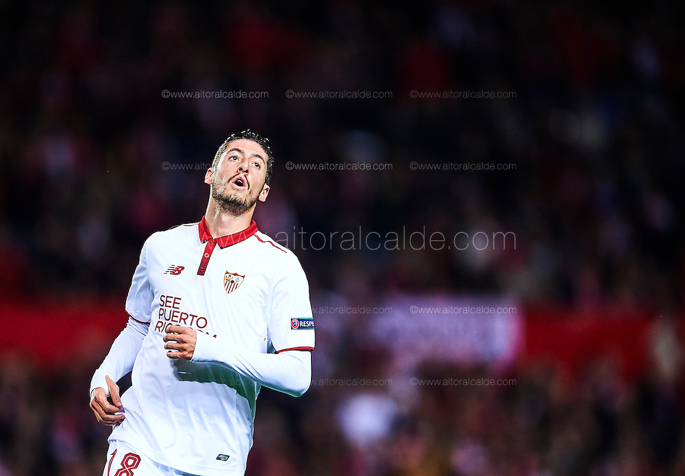 SEVILLE, SPAIN - NOVEMBER 22:  Sergio Escuderoof Sevilla FC reacts during the UEFA Champions League match between Sevilla FC and Juventus at Estadio Ramon Sanchez Pizjuan on November 22, 2016 in Seville, .  (Photo by Aitor Alcalde/Getty Images)