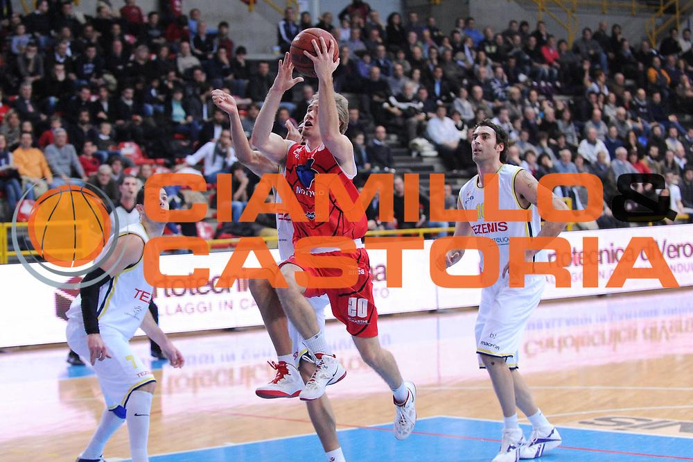 DESCRIZIONE : Verona Lega Basket A2 2011-12 Tezenis Verona Morpho Basket Piacenza<br /> GIOCATORE : Alan Voskuil<br /> CATEGORIA : tiro<br /> SQUADRA : Morpho Basket Piacenza<br /> EVENTO : Campionato Lega A2 2011-2012<br /> GARA : Tezenis Verona Morpho Basket Piacenza<br /> DATA : 08/01/2012<br /> SPORT : Pallacanestro<br /> AUTORE : Agenzia Ciamillo-Castoria/M.Marchi<br /> Galleria : Lega Basket A2 2011-2012 <br /> Fotonotizia : Verona Lega Basket A2 2011-12 Tezenis Verona Morpho Basket Piacenza<br /> Predefinita :
