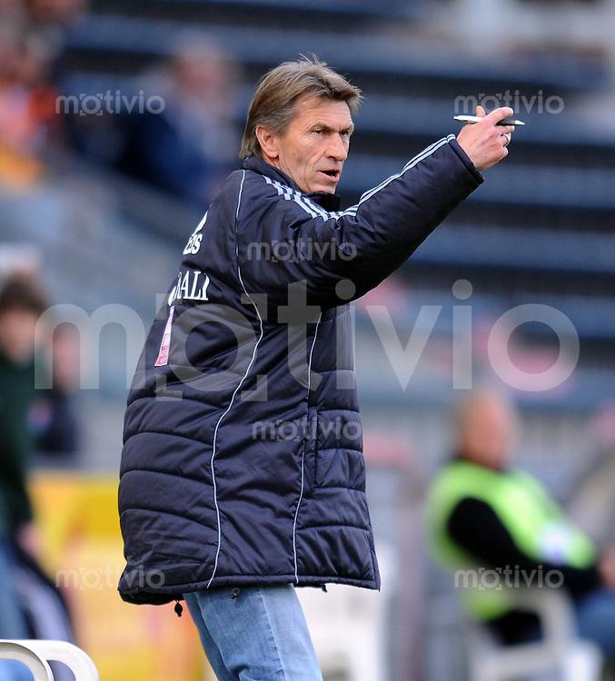 Fussball 3. Bundesliga :  Saison   2009/2010  34. Spieltag   SpVgg Unterhaching - Dynamo Dresden   13.04.2010 Trainer Klaus Augenthaler (Unterhaching)
