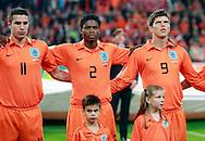 17-10-2007: Voetbal: Nederland-Slovenie: Eindhoven<br /> Gespannen kopjes tijdens het volkslied vertolkt door Gerard Joling. Van Persie, Jaliens en Huntelaar houden elkaar vast<br /> Foto: Geert van Erven