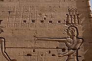 Egypt Asswan - Philae temple. What we refer to today as Philae is the main temple complex relocated from that island, after the High Dam was built, to the island of Agilika. It was the center of the cult of the goddess Isis and her connection with Osiris, Horus, and the Kingship, during the Ptolemaic period  Asswan  Egypt  cruise on a Sandal  boat, traditional boat transformed in a cruise boat) on the nile river in  /  remple de Philae. L'île de Philae, situee en amont de la première cataracte du Nil (à 7 kilomètres d'Assouan), est engloutie depuis la mise en service du Grand Barrage d'Assouan en 1978. Elle avait dejà les pieds dans l'eau à la suite de la construction du premier barrage par les Britanniques. La visite du temple s'effectuait en barque. Le programme de sauvetage des sites archeologiques de la Nubie par l'Unesco prendra en charge le financement du deplacement, pierre par pierre, du temple sur l'île d'Agilkia, situee à 300 mètres de l'île de Philae et plus elevee de 13 mètres. Entièrement dedie à Isis, ce temple a conserve son naos, le tabernacle de pierre qui abritait la statue de la divinite  Assouan  Egypte croisiere sur un Sandal, Bateau de croisiere  tradionnel (transporteur de pierre)  pres du pont