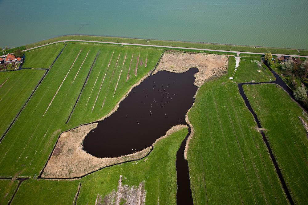 Nederland, Noord-Holland, Gemeente Zeevang, 28-04-2010; Groote Braak, tussen Warder en Edam. IJsselmeerdijk of Zeevangs Keukendijk (keukens=woningen). De braak (met meertje of wiel) is overblijfsel van een vroegere dijkdoorbraak, en stamt vermoedelijk uit 1775 (watersnoodramp ten gevolge van stormvloed).Groote Braak, between Warder and Edam. The breach (with pool) is a remnant of earlier levee failure, and probably dates from 1775 (flood disaster caused by storm combined with flood).luchtfoto (toeslag), aerial photo (additional fee required).foto/photo Siebe Swart