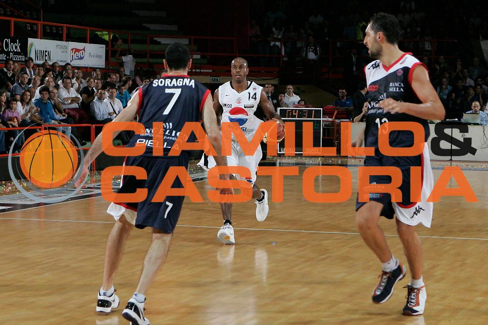 DESCRIZIONE : Caserta Lega A 2009-10 Pepsi Caserta Angelico Biella<br /> GIOCATORE : Timothy Bowers<br /> SQUADRA : Pepsi Caserta<br /> EVENTO : Campionato Lega A 2009-2010 <br /> GARA : Pepsi Caserta Angelico Biella<br /> DATA : 11/10/2009<br /> CATEGORIA : palleggio<br /> SPORT : Pallacanestro <br /> AUTORE : Agenzia Ciamillo-Castoria/A.De Lise<br /> Galleria : Lega Basket A 2009-2010 <br /> Fotonotizia : Caserta Campionato Italiano Lega A 2009-2010 Pepsi Caserta Angelico Biella<br /> Predefinita :