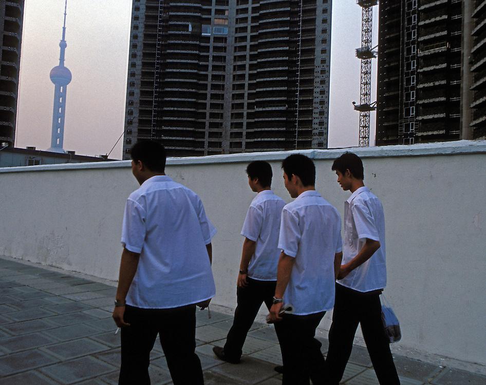 Julio 2005. Trabajadores de la construcción salen de un edificio en obras en Shanghai.