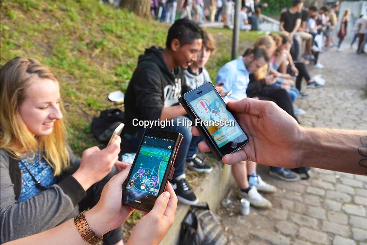 Nederland, Nijmegen, 16-7-2016Zomerfeesten begonnen, Zaterdagavond. Pokemon erg traag of valt uit door overbelaste serversFoto: Flip Franssen