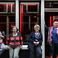 Nederland, Amsterdam , 30 november 2011..3 generaties hoeren in de Oude Nieuwstraat..Op de foto vlnr Janna van Vegten van Grasstek (zwart rood gestreepte trui) en haar dochters Anja (blauw wit gestreepte trui) en Marianne (met hondje in de arm) 2e van rechts met rode muts is Tineke Fokkens..Foto:Jean-Pierre Jans