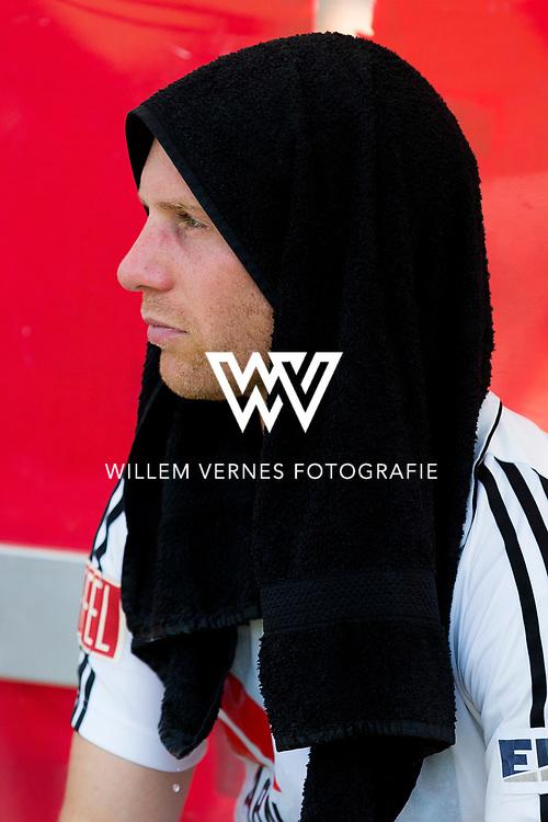Amsterdam - Amsterdam - Oranje Zwart,   Heren, Hoofdklasse Hockey Heren, Seizoen 2015-2016, 07-05-2016, Amsterdam - Oranje Zwart 2-3, balende Teun Rohof met een handdoek over zijn gezicht.