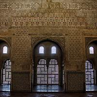 Arcos en el Palacios Nazaries. Conjunto palacial, residencia de los reyes de Granada. Lo empieza a construir el fundador de la dinast&iacute;a, Alhamar, en el s XIII, aunque las edificaciones que han pervivido hasta nuestros d&iacute;as datan, principalmente, del s XIV. Estos palacios encierran entre sus muros el refinamiento<br /> y la delicadeza de los &uacute;ltimos gobernadores hispano-&aacute;rabes de Al Andalus, los Nazar&iacute;es. <br /> La Alhambra es una ciudad palatina andalus&iacute; situada en Granada, Espa&ntilde;a. Formada por un conjunto de palacios, jardines y fortaleza que albergaba una verdadera ciudadela dentro de la propia ciudad de Granada, que serv&iacute;a como alojamiento al monarca y a la corte del Reino nazar&iacute; de Granada, Andalucia. Espa&ntilde;a. Alhambra is a palace and fortress complex located in Granada, Andalusia, Spain. It was originally constructed as a small fortress in 889 and then largely ignored until its ruins were renovated and rebuilt in the mid-11th century by the Moorish emir Mohammed ben Al-Ahmar of the Emirate of Granada, who built its current palace and walls. It was converted into a royal palace in 1333. Granada. Andalusia. Spain