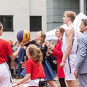 NLD/Amersfoort/20190427 - Koningsdag Amersfoort 2019, Prinses Alexia en Prinses Ariane aan het basketballen