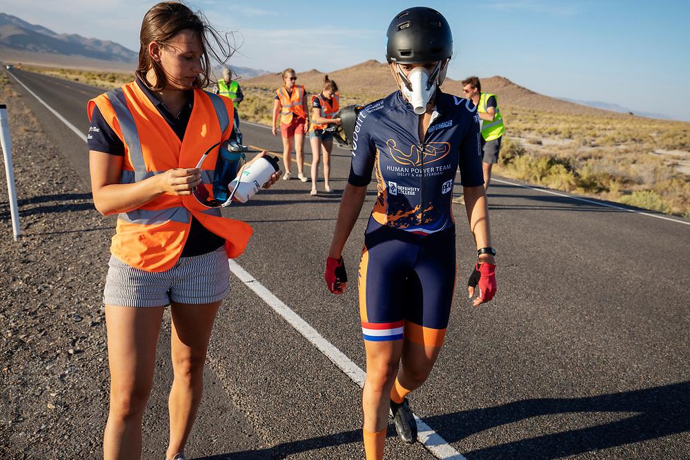 De Velox tijdens de tweede racedag in Battle Mountain. Het Human Power Team Delft en Amsterdam, dat bestaat uit studenten van de TU Delft en de VU Amsterdam, is in Amerika om tijdens de World Human Powered Speed Challenge in Nevada een poging te doen het wereldrecord snelfietsen voor vrouwen te verbreken met de VeloX 8, een gestroomlijnde ligfiets. Het record is met 121,81 km/h sinds 2010 in handen van de Francaise Barbara Buatois. De Canadees Todd Reichert is de snelste man met 144,17 km/h sinds 2016.<br /> <br /> With the VeloX 8, a special recumbent bike, the Human Power Team Delft and Amsterdam, consisting of students of the TU Delft and the VU Amsterdam, wants to set a new woman's world record cycling in September at the World Human Powered Speed Challenge in Nevada. The current speed record is 121,81 km/h, set in 2010 by Barbara Buatois. The fastest man is Todd Reichert with 144,17 km/h.