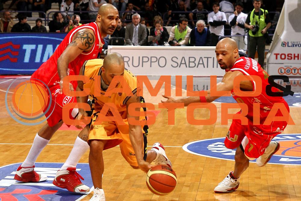 DESCRIZIONE : Bologna Coppa Italia 2006-07 Quarti di Finale Armani Jeans Milano Premiata Montegranaro <br /> GIOCATORE : Childress Palleggio Raddoppio<br /> SQUADRA : Premiata Montegranaro <br /> EVENTO : Campionato Lega A1 2006-2007 Tim Cup Final Eight Coppa Italia Quarti di Finale <br /> GARA : Armani Jeans Milano Premiata Montegranaro <br /> DATA : 08/02/2007 <br /> CATEGORIA : Tecnica Raddoppio <br /> SPORT : Pallacanestro <br /> AUTORE : Agenzia Ciamillo-Castoria/M.Marchi