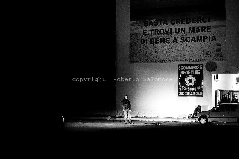 Secondigliano, Italia - 19 gennaio 2010. I carabinieri del nucleo operativo di Castello di Cisterna hanno effettuato 15 arresti durante un 'operazione nella notte a Secondigliano nel quartiere di Scampia. Gli arrestati sono legati al clan Di Lauro e al clan degli scissionisti che negli scorsi anni hanno dato vita ad una sanguinosa faida tra Napoli e provincia.<br /> Ph. Roberto Salomone Ag. Controluce<br /> ITALY, Secondigliano - Carabinieri operation led to the  arrest of 15 people linked to neapolitan mafia organisation in Secondigliano in the district od Scampia on january 19, 2010.