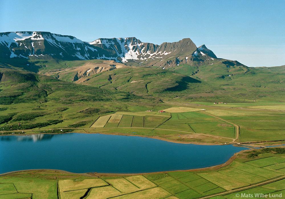 Skorradalsvatn, Indri&eth;asta&eth;ir s&eacute;&eth; til su&eth;urs, Skorradalshreppur. Skar&eth;shei&eth;i &iacute; bakgr. /<br /> Lake Skorradalsvatn, Indridastadir viewing south, Skorradalshreppur. Skardsheidi mountaianrange in backgr.